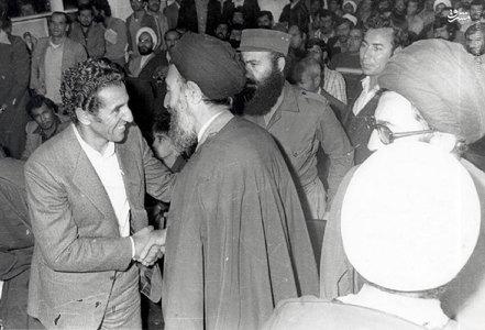 اسفند1357، عبدالسلام جلود در کنار آیات بهشتی و خامنه ای در یکی از جلسات در دفترحزب جمهوری اسلامی
