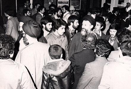 اسفند1357، آیات بهشتی و خامنهای در پایان یکی از جلسات در دفترحزب جمهوری اسلامی