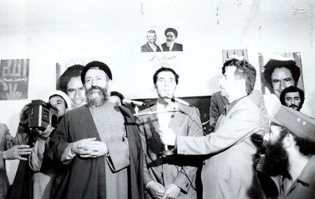 اسفند1357، عبدالسلام جلود در کنار آیت الله بهشتی در دفترمرکزی حزب جمهوری اسلامی