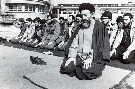 اقامه نماز جماعت به امامت آیت الله بهشتی در حیاط دفترمرکزی حزب جمهوری اسلامی