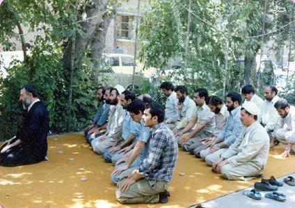 اقامه نماز جماعت به امامت آیت الله بهشتی در حیاط دفتر مرکزی حزب جمهوری اسلامی