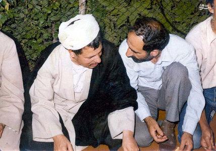 آیت الله هاشمی رفسنجانی و شهید صادق اسلامی در حال صرف شام در حیاط دفترمرکزی حزب جمهوری اسلامی