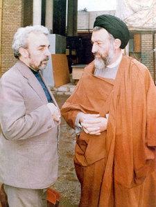 آیت الله بهشتی و مرحوم حبیب الله عسگراولادی در حیاط دفتر مرکزی حزب جمهوری اسلامی