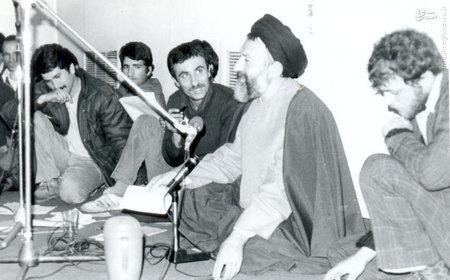 آیت الله بهشتی در یکی از جلسات تشریح مواضع حزب جمهوری اسلامی