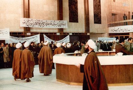 12 بهمن 1357، شهید آیت الله فضل الله محلاتی در سالن فرودگاه مهرآباد در جمع مستقبلین امام خمینی