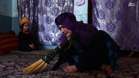 پری گل با پاهایش کیفهای زنانه میبافد و در بازار زنانه شهر هرات میفروشد. او میگوید: «قبلا فروش این کیفها بهتر بود، اما حالا کسی آنها را نمیخرد».