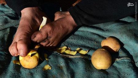 پری گل هر دو روز یک کیف میبافد و از فروش هر کدام بین ۲۰ تا ۵۰ افغانی سود به دست میآورد. او میافزاید: «هیچ کس برای بهتر شدن کار و بارم به من کمک نمیکند».
