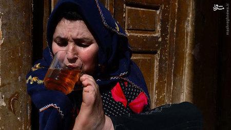 این زن افغان به همراه خانواده در یکی از مناطق فقیرنشین هرات زندگی میکند. این خانواده ماهانه برای خانهای که از گل و چوب ساخته شده، ۳ هزار و ۵۰۰ افغانی کرایه میپردازد.