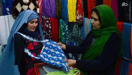 همسر پری گل زبالههای محل را جمعآوری میکند و درآمد ناچیزی دارد. پری گل میگوید: «بیشتر از همه این رنجم میدهد که میلیونها دلار کمکهای خارجی برای تغییر زندگی زنان به افغانستان سرازیر شد، اما در زندگی من و فرزندانم تغییری وارد نشد