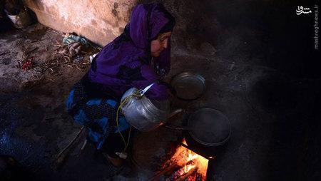 او میگوید فرزندانش از اینکه او دست ندارد، بیشتر از خودش رنج میبرند. پری گل زندگی غریبانهای دارد. درآمد ماهیانه او و شوهرش آنقدر نیست که حتی بتوانند کرایه خانهشان را تامین کنند. او میگوید به همراه همسرش تلاش میکند که فرزندان از تحصیل عقب نمانند.