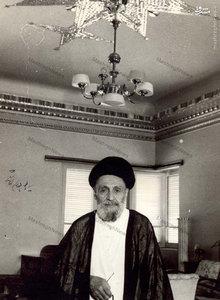 آیت الله سید ابوالقاسم کاشانی در منزل دامادش مرحوم حسن گرامی. امضای ایشان نیز در تصویر دیده میشود.
