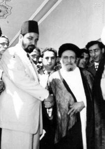 آیت الله سید ابوالقاسم کاشانی پس از گفت و گو با مخبر روزنامه اخبارالیوم