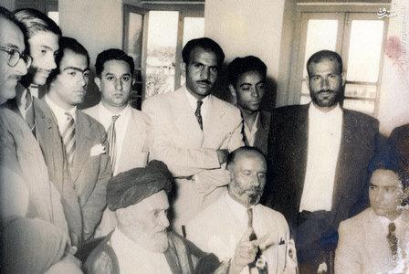 آیت الله سید ابوالقاسم کاشانی در حلقه برخی اعضای خانواده و اطرافیانش