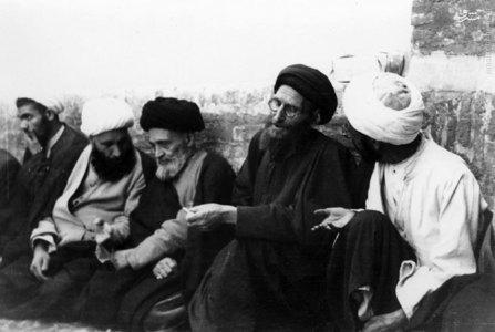 آیت الله سید ابوالقاسم کاشانی درحلقه برخی روحانیون در منزل شخصی خویش