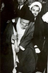 آیت الله سید ابوالقاسم کاشانی در حال برزمین زدن کلنگ یکی از واحدهای صنعتی