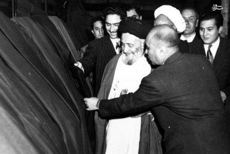 آیت الله سید ابوالقاسم کاشانی دربازدید از کارخانه مسنوجات کازرونی. فرزندش مصطفی کاشانی ایشان را همراهی میکند.