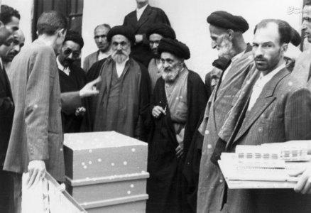 آیت الله سید ابوالقاسم کاشانی در بازدید از یکی از کارگاههای زنبورداری در حومه تهران