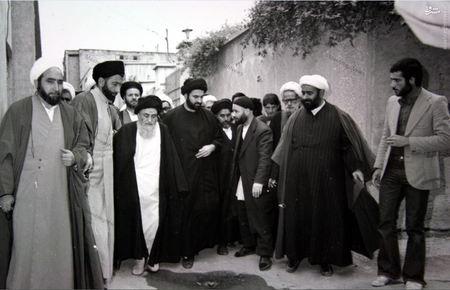 12 فروردین 1358، آیت الله العظمی مرعشی نجفی در حال عزیمت از منزل به سوی محل اخذ آراء