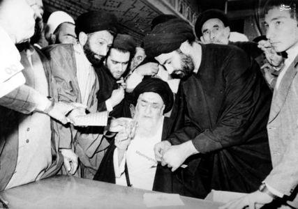 12 فروردین 1358، حضور آیت الله العظمی مرعشی نجفی در محل اخذ آراء