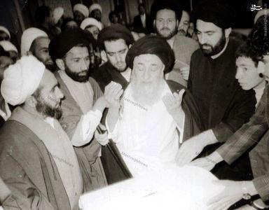 12 فروردین 1358، دعای آیت الله العظمی مرعشی نجفی پس از به صندوق انداختن رای خویش به جمهوری اسلامی