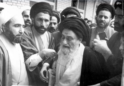 12 فروردین 1358، آیت الله العظمی مرعشی نجفی در حال ترک محل اخذ آراء پس از به صندوق انداختن رای خویش