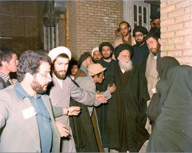 11فروردین 1358، آیت الله العظمی شیرازی در حال ترک منزل برای به صندوق انداختن رای خود به جمهوری اسلامی در حرم رضوی(ع)