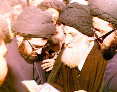 11فروردین 1358، آغازین لحظات حضور آیت الله العظمی شیرازی در حرم رضوی(ع) برای به صندوق انداختن رای خود به جمهوری اسلامی