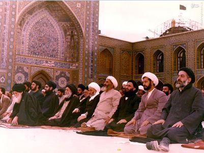 11فروردین 1358، آیت الله العظمی شیرازی در حال اقامه جماعت در حرم رضوی(ع) پس از به صندوق انداختن رای خود به جمهوری اسلامی