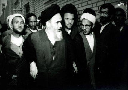 لحظات خروج امام خمینی برای زیارت حرم حضرت معصومه (س) در اولین روزِ پس از آزادی بازداشتگاه ساواک