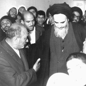 امام خمینی در مسیر زیارت حرم حضرت معصومه (س) در اولین روزِ پس از آزادی بازداشتگاه ساواک