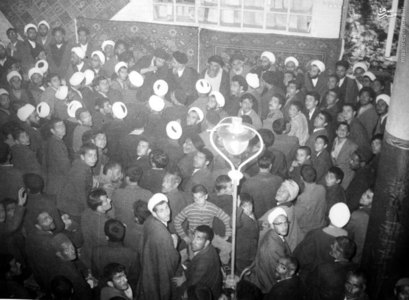 امام خمینی در یکی از جشنهای آزادی خویش در شهر مقدس قم. در تصویر آیت الله مرعشی نجفی و شهید آیت الله سیدمصطفی خمینی دیده میشوند.