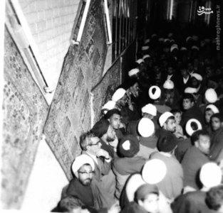 امام خمینی در یکی از جشنهای آزادی خویش در شهر مقدس قم