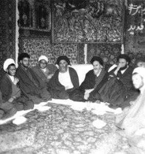 امام خمینی در یکی از جشنهای آزادی خویش در شهر مقدس قم. در تصویر آیت الله مرعشی نجفی و شهید آیت الله سیدمصطفی خمینی دیده میشوند
