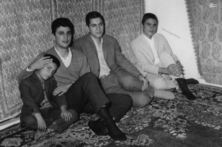 دکترصادق طباطبایی در کنار برادرانش در خانه پدری در شهر قم