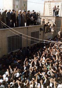 دکتر صادق طباطبایی در کنار امام خمینی در یکی از دیدارهای عمومی ایشان در شهر قم</p> <p>