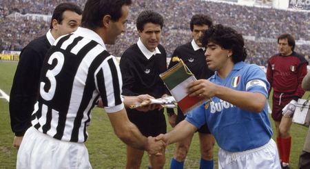 آنتونیو کابرینی کاپیتان یوونتوس و مارادونا کاپیتان ناپولی در ابتدای دیدار دو تیم در تورین (17 آوریل 1988). یوونتوس این دیدار را 3-1 به سود خود پایان داد.