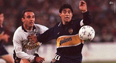 جدال مارادونا و مارسلو اسپینال بر سر توپ - دیدار بوکاجونیورز و کولوکولوی شیلی در گروه A سوپر کوپای آمریکای جنوبی (24 سپتامبر 1997) در سانتیاگو. بوکاجونیورز 2-1 شکست خورد.