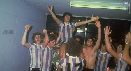 شادی مارادونا با هم تیمی های خود در تیم ملی آرژانتین پس از یک پیروزی.