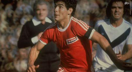 دیه گو مارادونا در لباس تیم آرژانتونیوس جونیورز در لیگ سراسری آرژانتین.