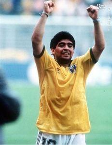 شادی مارادونا پس از غلبه بر تیم ملی برزیل در یک هشتم نهایی جام جهانی 1990 با لباس تیم رقیب. آرژانتین این دیدار را با تک گل کلودیو کانی گیا به سود خود پایان داد.