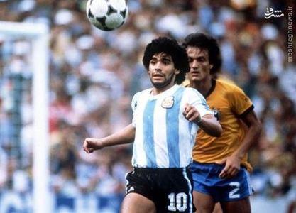 کنترل توپ دیه گو مارادونا بازیکن تیم ملی آرژانیتن مقابل برزیل در جام جهانی 1982 اسپانیا. آرژانتین این دیدار را 3-1 باخت و مارادونا هم دقیقه 85 اخراج شد.