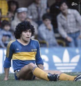 دیه گو مارادونا در عنفوان جوانی در لباس بوکاجونیورز سال 1981