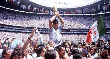مارادونا با کاپ قهرمانی جام جهانی 1986 بر دوش هواداران تیم ملی آرژانتین. (29 ژوئن 1986 - استادیوم آزتک مکزیک). آلبی سلسته 3-2 آلمان غربی را در فینال شکست داد و برای دومین بار قهرمان معتبرترین تورنمنت فوتبالی جهان شد.