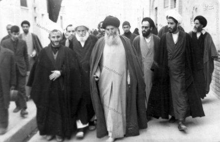 آیت الله العظمی سید محمدرضا گلپایگانی در حال عزیمت به محفل درسی خود در مسجد اعظم قم