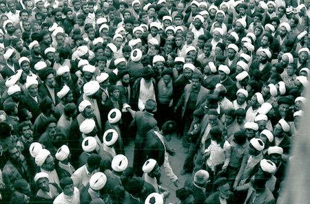 آیت الله العظمی سید محمدرضا گلپایگانی در مراسم تشییع حجت الاسلام سید محمد حسن بروجردی (فرزندآیت الله بروجردی)