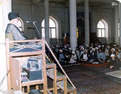 آیت الله العظمی سیدمحمدرضا گلپایگانی در حال تدریس روزانه در مسجد اعظم قم