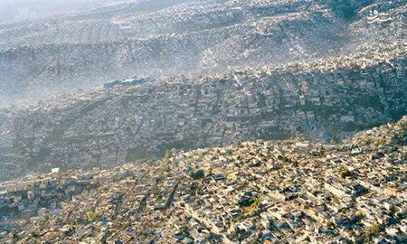 مردم شهر مکزیکوسیتی پایتخت کشور مکزیک که پرجمعیت?ترین شهر اسپانیایی زبان جهان است از تمام سکونتگاه?های طبیعی در این شهر تا سر حد انفجار استفاده و منظره?ای از موج بشری از نمای بالا ایجاد کرده?اند.  این عکس که توسط ?پابلو لوپز? گرفته شده به خوبی این موج عظیم انسانی و انفجار جمعیتی را به تصویر کشیده است.