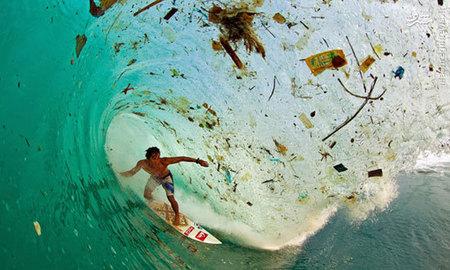 این عکس توسط یک موج?سوار اندونزیایی به نام ?دد سورینایا? در سواحل پوشیده از زباله خلیج جاوا گرفته شده است.  آب و هوا دو عنصر حیاتی که زندگی وابسته به آن است، به یک زباله?دانی جهانی تبدیل شده است.