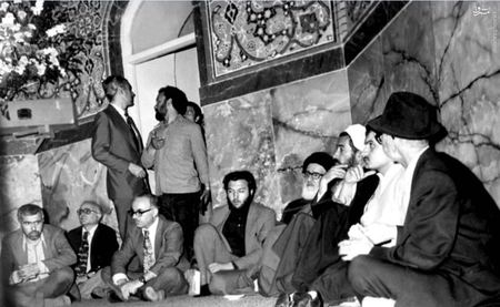 استاد محمدتقی شریعتی در کنار آیت الله طالقانی و شهید دکتر باهنر در مراسم