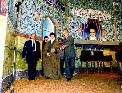آیت الله سید محمود طالقانی در ورود به حسینیه ارشاد و قبل از آغاز سخنرانی.